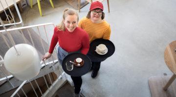 Ipi kulmakuppila. Kahvilatyöpajan tiimivastaava Marja Visti-Koskinen ja työntekijä Linda Peltonen (28v). Kuva: Susanna Kekkonen